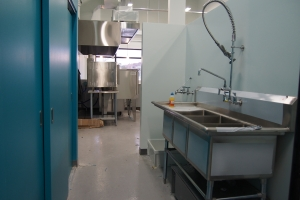 photo of dishpit with a 3 compartment sink and spray nozzle valve
